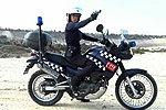 性感女警近距离实弹速射 驾摩托离开