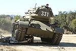 阿诺开坦克碾名车