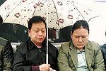 杭州男子地铁内打伞为入睡妻子挡冷风
