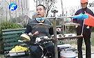 男子为尽孝心 自制打击乐器郑州街头献唱
