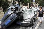 司机疑毒驾 反复前进倒车连撞十余车伤5人
