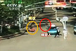 实拍协警当街扔对讲机砸懵劫匪将其抓获