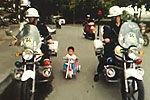 警官护送骑车小孩