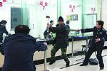 实拍男子持板砖抢劫银行当场被擒