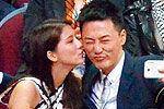林峰与女友揽腰摸面当众调情爱抚