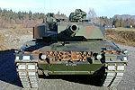 老板20万购退役坦克跑越野 没跑几步趴窝