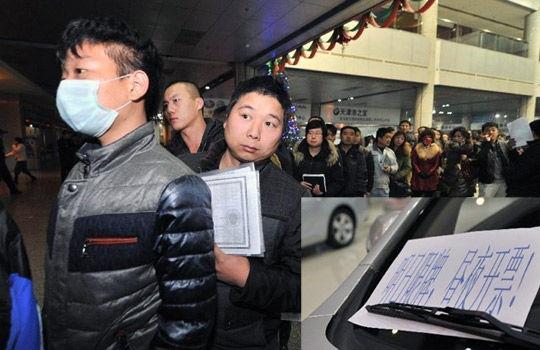 """实拍天津市民连夜抢购轿车 连称""""算你狠"""""""