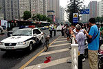 男子碰瓷撞上警车