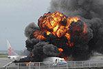 飞机着陆弹起爆炸