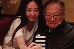 90岁金庸用餐照 与美女合影气色佳