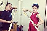 曝王菲罕见搞怪私房照 手持宝剑犯二