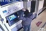 男生ATM机前照镜子走神 被取走8000元