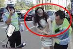 实拍女子不满处罚将交警中队长打住院