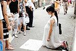 女子假扮孕妇乞讨