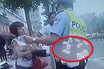 女子向交警撒钞票