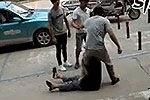 小伙当街爆踹老人反被老人抱脚摔落荒而逃