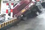 监拍大货车侧翻瞬间撞毁收费亭