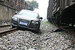 轿车主将油门当刹车 冲入轨道险逼停火车