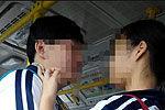 初中情侣公交上拥吻20分钟 乘客扭头回避