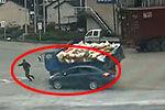 实拍两车猛烈相撞 行人夹缝中惊险逃生