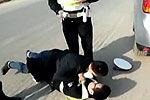 违章男被查飙演技 躺地抱交警高呼打人了