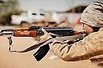 伊斯兰国发娃娃兵视频 孩童蹒跚学步舔枪